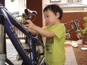 Ryu prêt à enfourcher son vélo